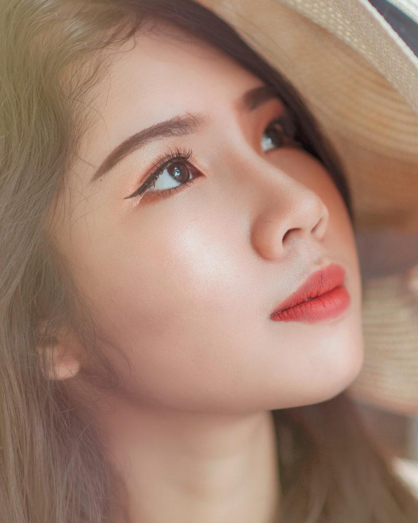 model with subtle eyeliner